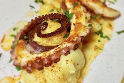 Caracatiță fragedă cu piure de cartofi