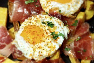 Ouă sparte cu Jamón & Cartofi prăjiți