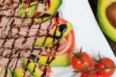 Salată cu avocado și ton