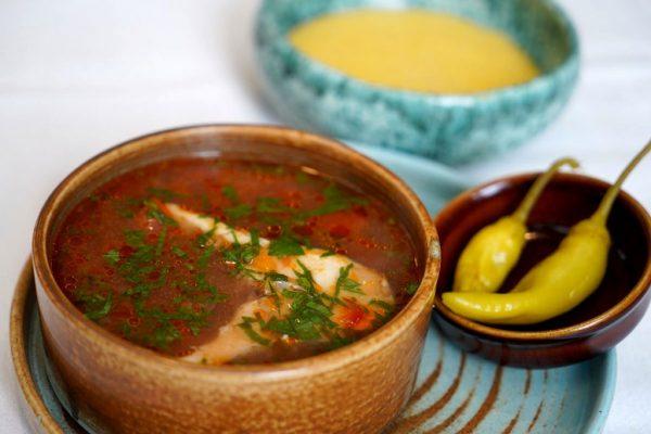 Borș de pește cu mămăliguță și ardei iute