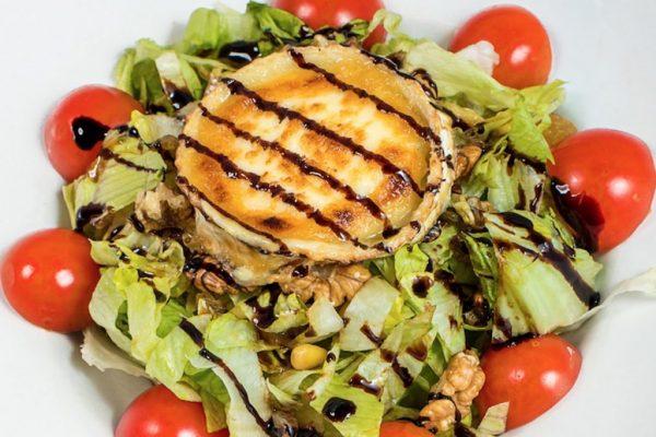 Salată cu brânză de capră gratinată