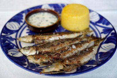 Sardine prăjite cu mămăliguță și mujdei